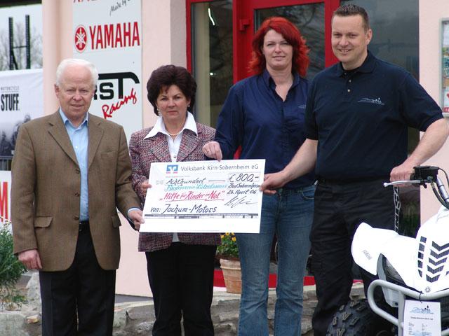 Große Spendenaktion bei Jochum-Motors für den Förderverein Lützelsoon. Ein Scheck über 800 Euro wurde übergeben